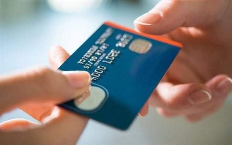 Thu phí quẹt thẻ vẫn tràn lan