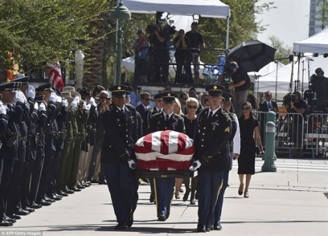 Khoảnh khắc xúc động khi người vợ hôn lên quan tài Thượng nghị sĩ John McCain