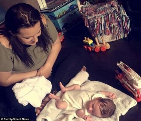 Để con ngủ chung, người mẹ trẻ ân hận vô vàn khi phát hiện con ngừng thở
