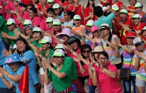 200 phụ nữ 'cháy hết mình' với Yoga cười trên bãi biển Long Hải