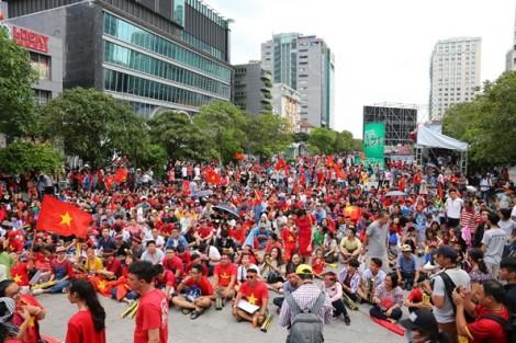 Hàng nghìn cổ động viên đội mưa ở trung tâm Sài Gòn cổ vũ Olympic Việt Nam