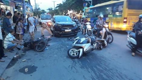Ô tô đâm liên hoàn 3 xe máy khiến 3 người bị thương