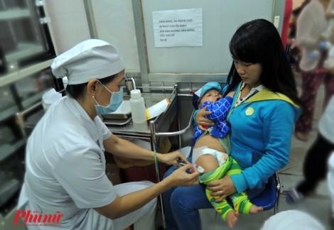 Vì sao các trạm y tế hết vắc xin miễn phí '5 trong 1' trong khi vắc xin mới chưa có?
