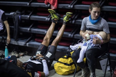Ảnh mẹ cho con bú, bơm sữa giữa cuộc đua dài trăm dặm khiến dân mạng xúc động