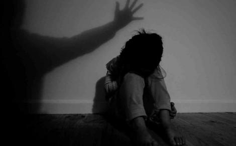 Bé gái 10 tuổi bị bố ruột hãm hại nhiều lần