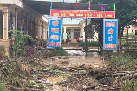 Trường học ngập bùn cả mét sau trận lũ quét kinh hoàng giữa đêm