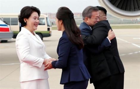 Video: Lãnh đạo Triều Tiên Kim Jong Un ra tận sân bay đón Tổng thống Hàn Quốc