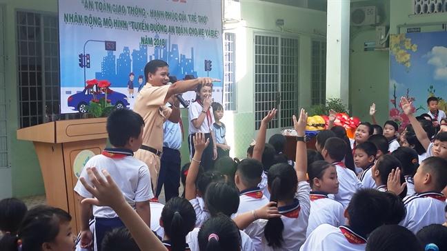 Binh Thanh: Tuyen truyen ve an toan giao thong cho hon 4.000 hoc sinh