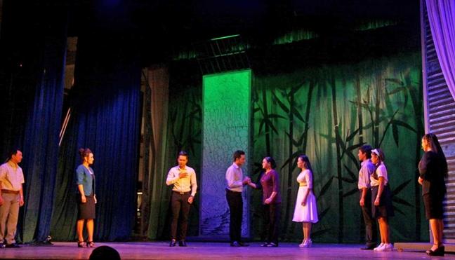 San khau cai luong sau 100 nam: Con gi, co ai?