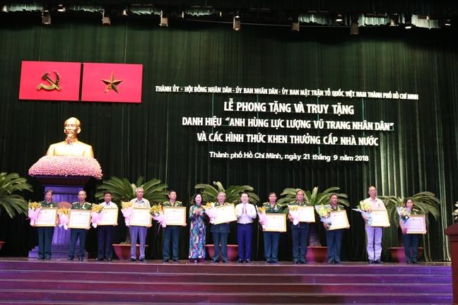 Ban Phu van Sai Gon - Gia Dinh don nhan danh hieu Anh hung luc luong vu trang nhan dan
