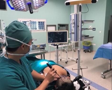 Bé trai đau đầu, bác sĩ khám phát hiện u não to bằng trái banh tennis