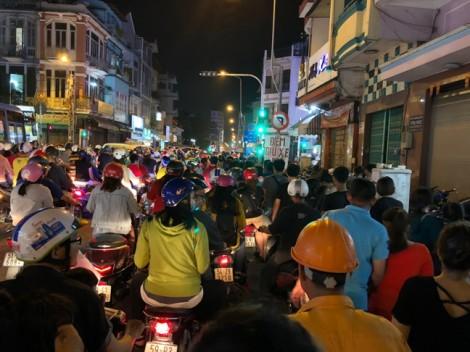Hàng ngàn người đổ về phố lồng đèn đón Trung thu