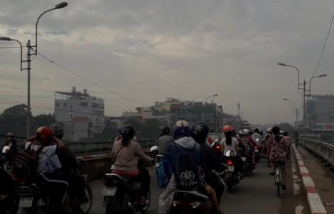 Sương mù bất thường báo hiệu Sài Gòn ô nhiễm