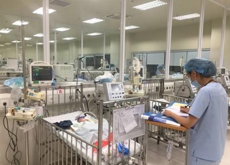 Cha mẹ tử vong trong đám cháy, bé trai vừa chào đời phải thở máy trong bệnh viện