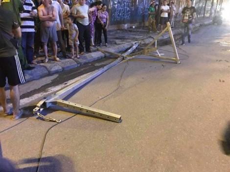 Hà Nội: Thanh sắt công trình rơi,  một người đi đường tử vong