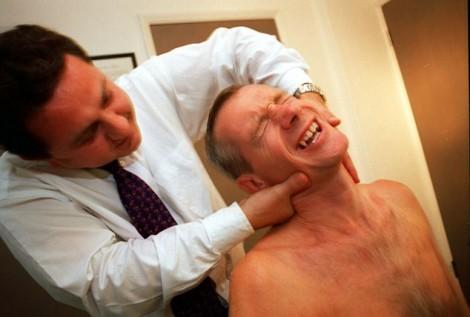 Bẻ khớp cổ quá mạnh có thể gây ra đột quỵ