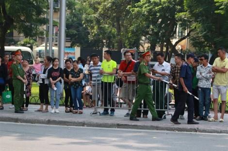 Người dân đội nắng chờ đưa tiễn cố Tổng Bí thư Đỗ Mười