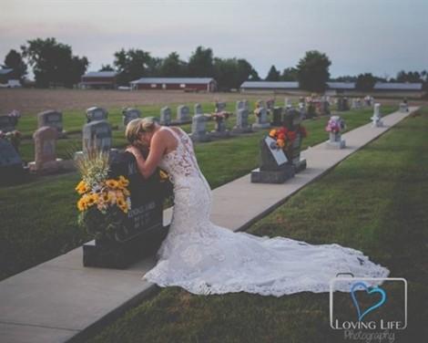 Cô dâu mặc váy trắng gục đầu lên mộ chú rể vào ngày cưới