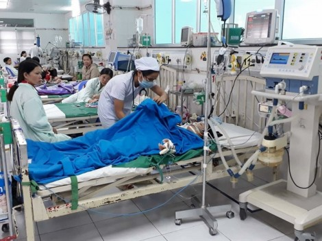 Bé gái bị điện giật trên bến Ninh Kiều do điện rò rỉ ra nước triều cường