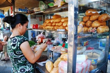 Bán hàng ăn dù mang găng tay vẫn có thể bị phạt 1-3 triệu đồng