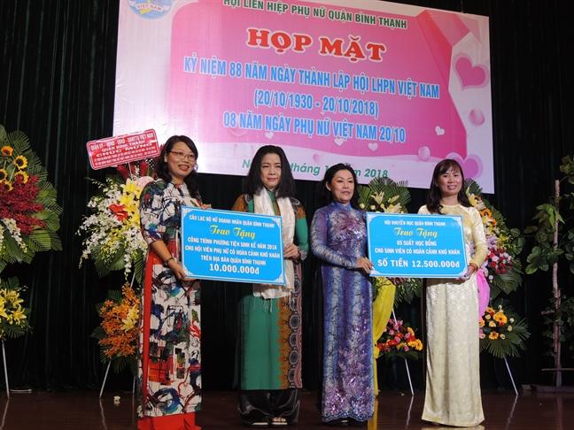 """Binh Thanh: Trao tang ky niem chuong """"Vi su phat trien cua phu nu Viet Nam"""" cho 17 ca nhan"""
