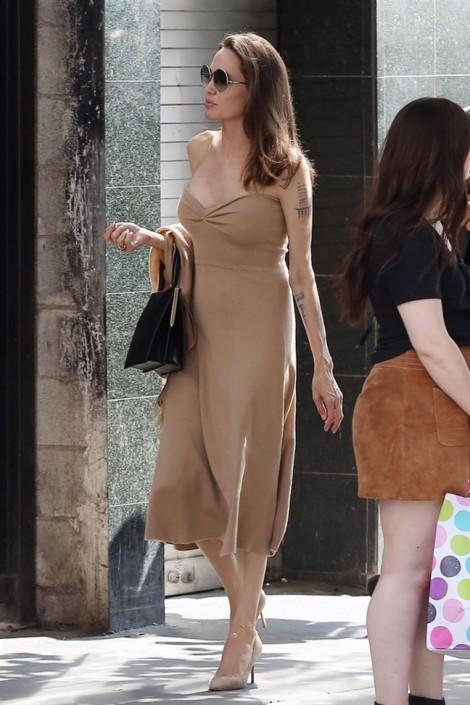 Cách mặc trang phục màu nude dịu dàng, trang nhã mà không đơn điệu