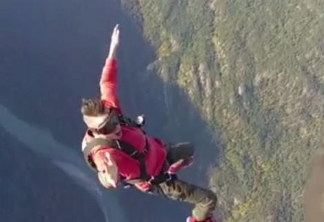 Quay cảnh mạo hiểm, nam ca sĩ tuột tay khỏi cánh máy bay rơi giữa trời