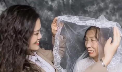 Bộ ảnh cưới con gái dành tặng người mẹ góa làm lay động trái tim triệu người