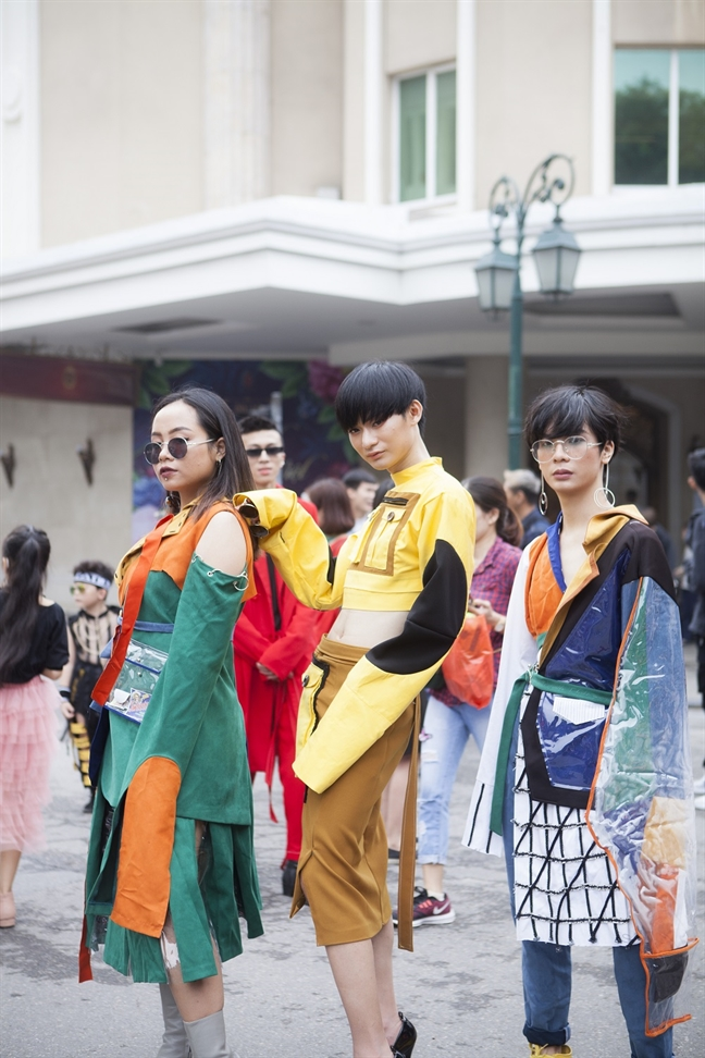 'Dac san' street style tai VIFW: Khi tre con lam lo