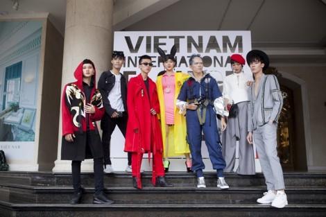 'Đặc sản' street style tại VIFW: Khi trẻ con làm lố