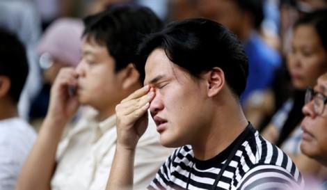 Vụ rơi máy bay Indonesia: Người nhà nạn nhân tuyệt vọng chờ câu trả lời