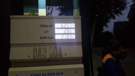 Cây xăng tư nhân 'quên' giảm giá suốt hơn 2 giờ đồng hồ