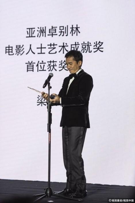 Vợ và bạn bè mừng Lương Triều Vỹ là ngôi sao châu Á đầu tiên nhận giải thưởng Chaplin