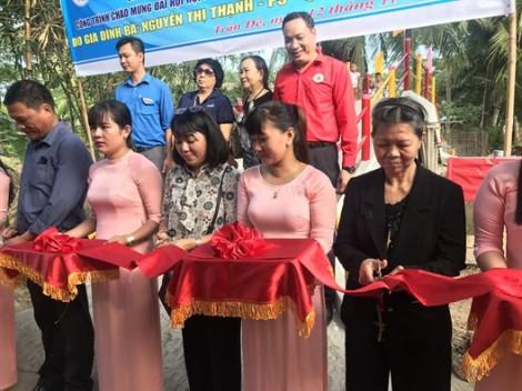 Nhóm từ thiện Chị em Hội Phụ nữ quận 6 trao tặng hai cây cầu giao thông nông thôn