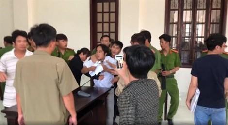 Đề nghị truy tố hai anh em đánh kiểm sát viên, công an giữa phiên tòa