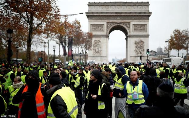 Phap: Bieu tinh chong tang gia xang bien thanh bao loan o Paris