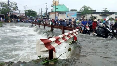 Qua cầu ngập nước ở Sài Gòn, nam thanh niên bị cuốn mất tích