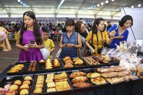 Hàng ngàn người thưởng thức ẩm thực Pháp ở Sài Gòn