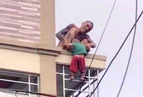 Khởi tố kẻ dùng kéo khống chế, ném con trai 1 tuổi từ nóc nhà xuống đất