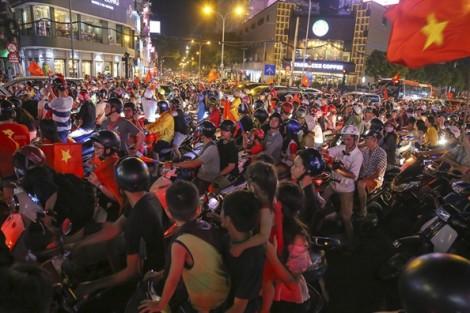 Người hâm mộ ở Sài Gòn, Hà Nội 'đi bão' sau chiến thắng của tuyển Việt Nam
