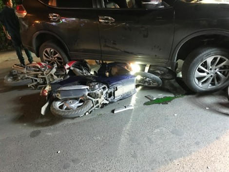 Tài xế ô tô dùng vải che biển số sau khi gây tai nạn liên hoàn