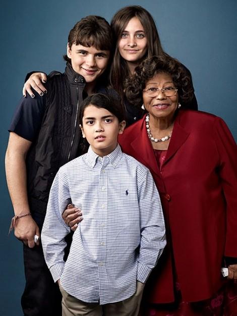 Mẹ nhập viện, anh em nhà Michael Jackson ngầm phân chia tài sản