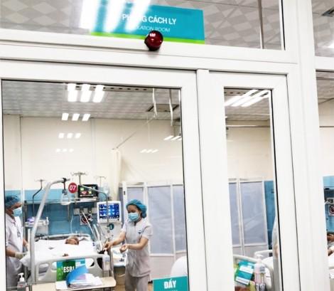 Điều dưỡng đẩy xe vào tắm rửa cho bệnh nhân nặng ngay tại giường bệnh