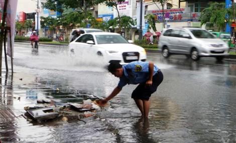 Đông Nam Bộ mưa to trái mùa, miền Trung có thể tiếp tục ngập sâu