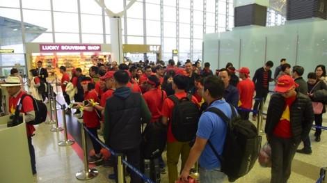 Những chuyến bay sang Malaysia tràn ngập cổ động viên tiếp lửa cho tuyển VN