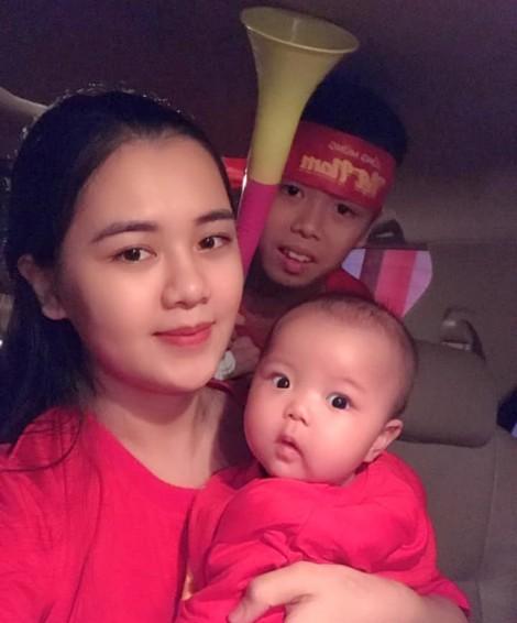 Vợ trung vệ Quế Ngọc Hải hy vọng chồng sớm bình phục để đá trận quyết định AFF Cup