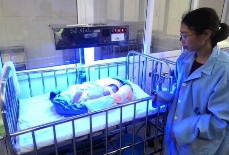 Bé gái sơ sinh bị bỏ rơi trước cổng chùa