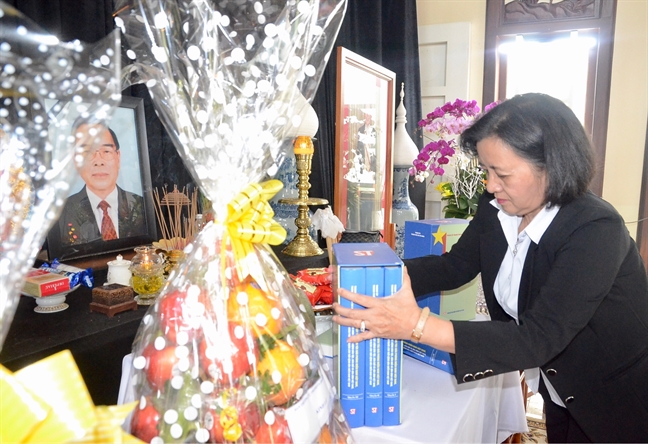 Lanh dao TP.HCM dang bo sach bao cao co Thu tuong Phan Van Khai