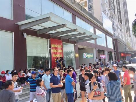 Giao nhà trễ hẹn, Công ty Phú Hoàng Anh còn đòi thanh lý hợp đồng, phạt lãi khách hàng