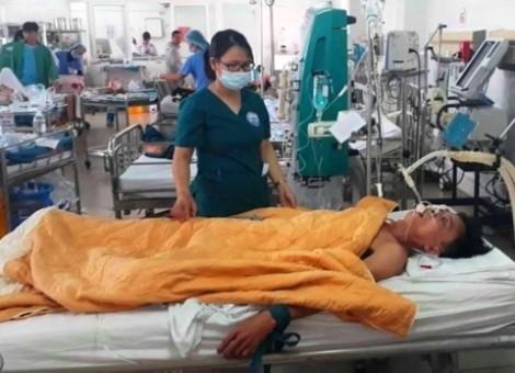 Trưởng trạm y tế xã cùng 2 người bạn nghi ngộ độc rượu phải nhập viện